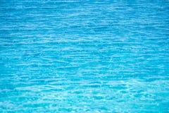 Samenvatting vage textuur van blauw golfwater in zwembad Royalty-vrije Stock Foto's