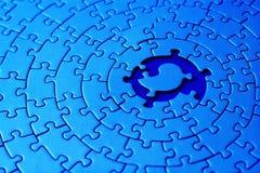 Samenvatting van een blauwe figuurzaag met ruimte en één van de ontbrekende stukken in het centrum Royalty-vrije Stock Afbeelding