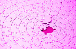 Samenvatting van een roze figuurzaag met het ontbrekende stuk dat boven de ruimte legt royalty-vrije stock foto