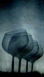 Samenvatting van een wijnglas wordt door wordt gezien geschoten die Stock Foto's