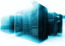 Samenvatting van moderne hoogte - de technologieInternet gegevens centreren ruimte met rijen van rekken met netwerk en serverhard stock foto's
