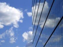 Samenvatting van wolken en de bouw Royalty-vrije Stock Afbeeldingen