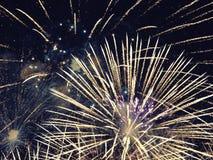Samenvatting, vuurwerk, vaag beeld De achtergrond van Kerstmis Licht met gloeiende vonken, vrolijke Kerstmis royalty-vrije stock foto's