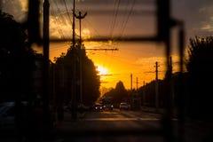 Samenvatting, Zonsonderganglicht die door de voorzijde van de bus komen Stock Afbeelding