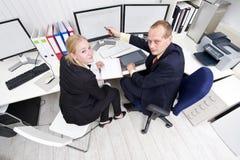 Samenwerkende collega's Stock Afbeeldingen