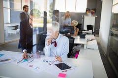 Samenwerking en analyse door bedrijfsmensen die in bureau werken royalty-vrije stock foto
