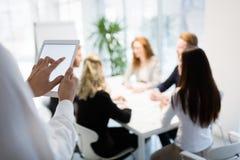 Samenwerking en analyse door bedrijfsmensen die in bureau werken royalty-vrije stock afbeelding