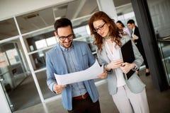 Samenwerking en analyse door bedrijfsmensen die in bureau werken stock fotografie