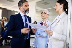 Samenwerking en analyse door bedrijfsmensen die in bureau werken stock afbeelding