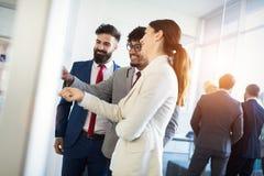 Samenwerking en analyse door bedrijfsmensen die in bureau werken stock foto's
