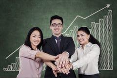 Samenwerking tussen bedrijvensymbool met arbeider bij aangesloten handen Royalty-vrije Stock Afbeelding