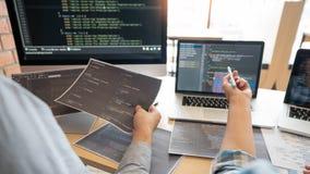 Samenwerkings van de de ingenieurswebsite van de het werksoftware de ontwikkelaartechnologieën of programmeur het werk codage op  royalty-vrije stock fotografie