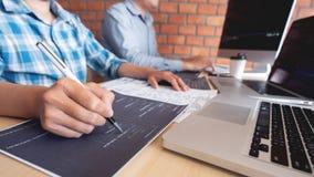 Samenwerkings van de de ingenieurswebsite van de het werksoftware de ontwikkelaartechnologie?n of programmeur het werk codage op  stock afbeelding