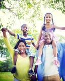Samhörighetskänsla för lycka för familjbindning parkerar begrepp Royaltyfri Fotografi