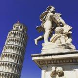 Samhörighetskänsla för Pisa torn- och skulptur` s Royaltyfri Bild