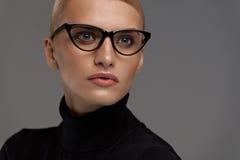 samica okulary tła nadmiar białych Piękna kobieta W szkłach, Eyewear obraz royalty free