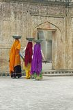 samica robotnicy kolorowe sari. Zdjęcie Stock