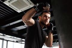 Samiec ćwiczy w bokserskich rękawiczkach Fotografia Stock