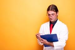Samiec diagnozy doktorski patrzeje schowek obraz stock