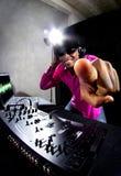 Samiec DJ bawić się Elektroniczną muzykę Zdjęcia Stock