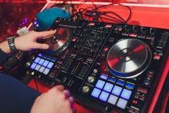 Samiec DJ bawi? si? muzyk? w klubie, odg?rny widok zdjęcie royalty free