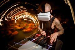 Samiec DJ w szkłach rzeczywistość wirtualna w trakcie pracy zdjęcia royalty free
