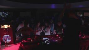 Samiec DJ zabawny społeczeństwo przy klubem nocnym, bawić się muzykę przy przyjęciem zbiory