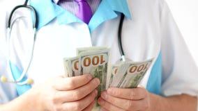 Samiec doktorscy odliczający dolary w górę Korupcja w medycynie zbiory