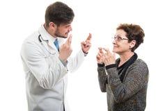 Samiec doktorska i żeńscy starsi cierpliwi mienie palce krzyżujący zdjęcia royalty free
