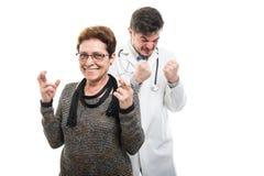 Samiec doktorska i żeńscy starsi cierpliwi mienie palce krzyżujący obraz stock