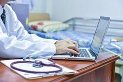 Samiec doktorska używa pastylka i laptop podczas konferenci, zdrowie Obrazy Royalty Free