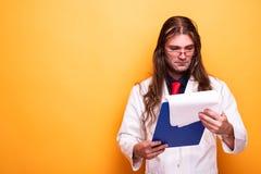 Samiec doktorski patrzeje recepturowy schowek zdjęcia stock