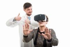 Samiec doktorski seans lubi i żeński pacjent jest ubranym vr gogle zdjęcie stock