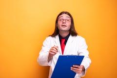 Samiec doktorski specjalista pokazuje jego schowek obrazy stock