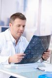 Samiec doktorski target1288_0_ przy promieniowania rentgenowskiego wizerunek w biurze Zdjęcie Stock