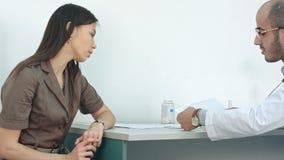 Samiec doktorski wyjaśnia kardiogram żeński pacjent Obrazy Royalty Free