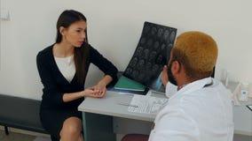 Samiec doktorski wyjaśnia móżdżkowy xray wynika młoda kobieta pacjent zbiory