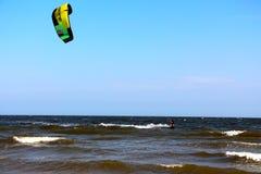 Samiec dostaje przygotowywający skakać kiteboard w Mui ne Wietnam Zdjęcia Stock