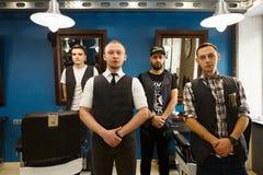 Samiec drużyna fryzjery męscy przy nowożytnym zakładem fryzjerskim zdjęcie stock