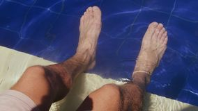 Samiec garbnikujący cieki w pływackim basenie zdjęcie wideo