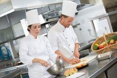 Samiec gotuje narządzań naczynia w restauracyjnej kuchni zdjęcie stock