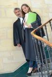 Samiec i żeńscy sędziowie chodzi w dół schodki fotografia royalty free