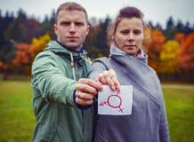 Samiec i kobieta wpólnie trzyma kawałka papier z rysunkowym transgender symbolem Ludzcy płci dobra Rodzaju symbol fotografia royalty free