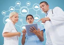 Samiec i kobiety lekarki dyskutuje nad cyfrową pastylką z chmurą oblicza ikony w tle Obraz Stock