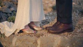 Samiec i kobiety nogi patrzeje each inny zdjęcie wideo