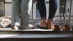 Samiec i kobiety nogi stoi wpólnie przy pięknego romantycznego pogodnego ranku rocznika Brooklyn kruszcowym balkonem, tylny widok zdjęcie wideo