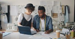 Samiec krawiecki rysunek odziewa używać laptop gdy młodej kobiety przybycie z nakreśleniami zbiory wideo