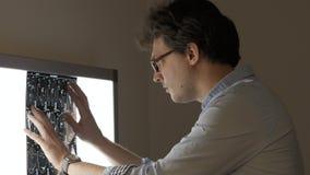 Samiec lekarka analizuje obliczającego tomografia obraz cyfrowego przy ekranem zbiory