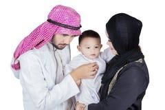 Samiec lekarka egzamininuje chłopiec z jego matką Obraz Royalty Free