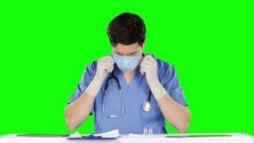 Samiec lekarka jest ubranym ochronną maskę zielony ekran zdjęcie wideo